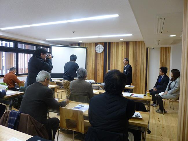 林理事長の挨拶(撮影する新聞記者)