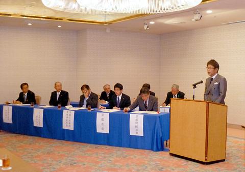 辻井会長の挨拶 (左)山下副知事など来賓
