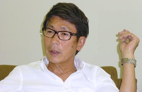 インタビューに応じる辻井会長