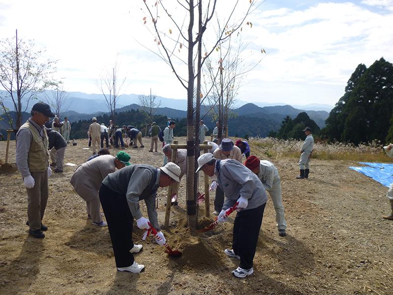 参加者による植樹(ヤマザクラ5本、ヤマモミジ5本)